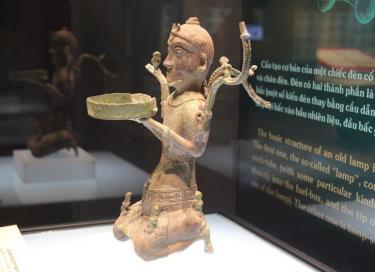 Bảo vật quốc gia Cây đèn đồng hình người quỳ.