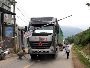 Lực lượng chức năng huyện Mù Cang Chải phun khử trùng các phương tiện giao thông qua chốt kiểm dịch động vật tạm thời trên quốc lộ 32 địa phận bản Tà Chơ, xã Cao Phạ.