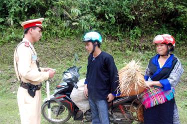 Cảnh sát giao thông huyện Mù Cang Chải kiểm tra giấy phép lái xe và tuyên truyền, phổ biến pháp luật cho người dân.