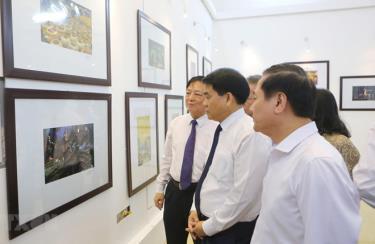 Ông Nguyễn Đức Chung, Chủ tịch UBND thành phố Hà Nội cùng các đại biểu tham quan triển lãm.