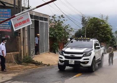 Lực lượng chức năng phun tiêu độc khử trùng phương tiện giao thông vào địa bàn huyện tại chốt kiểm dịch động vật xã Cao Phạ.