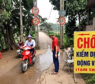 Chốt kiểm dịch động vật tạm thời lập tại thôn Đoàn Kết xã Âu Lâu, thành phố Yên Bái. (Ảnh: Hồng Duyên)