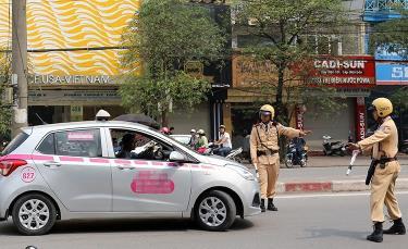 Cảnh sát giao thông Hà Nội dừng và kiểm tra phương tiện.