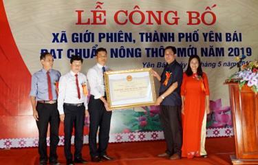 Lãnh đạo Sở Nông nghiệp và Phát triển nông thôn trao Bằng công nhận xã Giới Phiên đạt chuẩn nông thôn mới năm 2019.