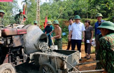 Bí thư Huyện ủy Yên Bình Đoàn Hữu Phung kiểm tra tiến độ làm đường giao thông nông thôn tại xã Đại Đồng.