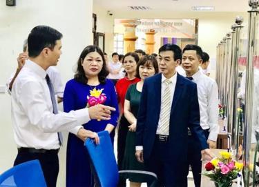 Đồng chí Dương Văn Tiến - Phó Chủ tịch UBND tỉnh cùng lãnh đạo thị xã Nghĩa Lộ kiểm tra hoạt động Bộ phận PVHCC thị xã.