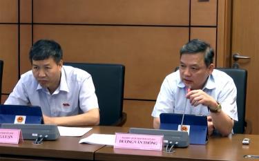 Đại biểu Dương Văn Thống - Phó Bí thư Thường trực Tỉnh ủy, Trường đoàn Đại biểu Quốc hội khóa XIV tỉnh Yên Bái (bên phải) phát biểu thảo luận ở tổ chiều 23/5.