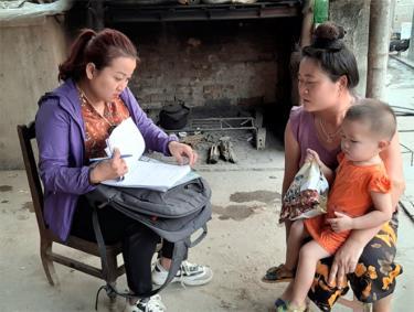 Trong các chuyến công tác, chị Ngô Thị Liên (bên trái) luôn hướng tới những nhu cầu, nguyện vọng thiết thực của đối tượng.