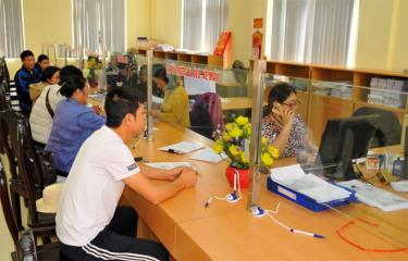 Bộ phận một cửa Chi cục Thuế thành phố Yên Bái phục vụ người nộp thuế.
