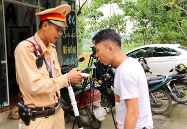 Cảnh sát giao thông kiểm tra nồng độ cồn đối với người điều khiển phương tiện giao thông.