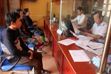 Cán bộ xã Lao Chải, huyện Mù Cang Chải giải quyết TTHC cho người dân.