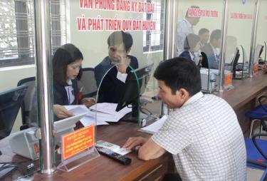 Văn phòng đăng ký đất đai huyện Yên Bái giải quyết các thủ tục cho nhân dân thuận lợi, nhanh chóng. (Ảnh: Minh Huyền)