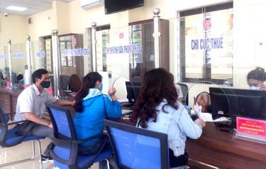 Người dân đến giải quyết thủ tục hành chính tại Bộ phận Phục vụ hành chính công huyện Văn Yên.