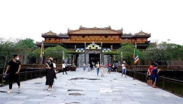Du khách đến Huế trong dịp nghỉ lễ 30/4-1/5. (Ảnh: Báo Văn hóa)