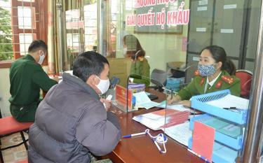 Công an thành phố Yên Bái giải quyết thủ tục hành chính cho nhân dân.