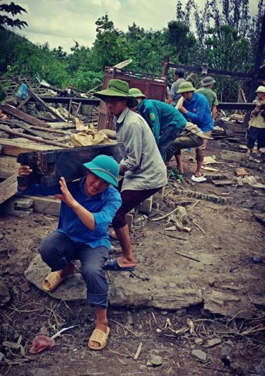 Thanh niên Mù Cang Chải giúp dân khắc phục hậu quả bão lũ.