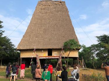 Du khách tham quan Làng Văn hóa Du lịch các dân tộc Việt Nam.