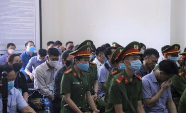 Phiên tòa xét xử 15 bị cáo trong vụ án gian lận điểm thi tại Hòa Bình.