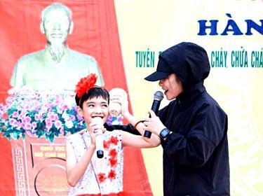 Em Trần Đức Thiện - học sinh lớp 7A, Trường THCS Tô Hiệu, thị xã Nghĩa Lộ tham gia hoạt động ngoại khóa tại nhà trường.