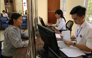 Người dân đến giao dịch tại Bộ phận Phục vụ hành chính công huyện Trấn Yên.