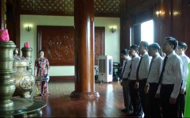Đoàn đại biểu Sở Thông tin - Truyền thông tỉnh Yên Bái dâng hương Bác tại Khu tưởng  niệm Chủ tịch Hồ Chí Minh – Lễ đài Sân vận động thành phố Yên Bái.