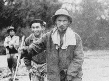 Các chiến sỹ Cảnh vệ luôn theo sát, bảo vệ tuyệt đối an toàn Bác Hồ trên đường đi công tác ở Việt Bắc, 1951. (Ảnh: Tư liệu/TTXVN phát)