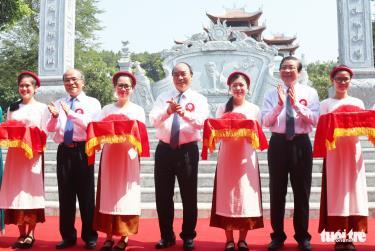 Thủ tướng Nguyễn Xuân Phúc và các đại biểu cắt băng khánh thành đền Chung Sơn sáng 16-5