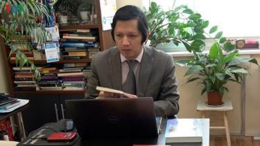 TS. Nguyễn Quốc Hùng say mê dịch sách viết về Bác Hồ