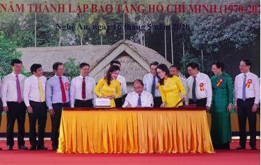 Thủ tướng Chính phủ Nguyễn Xuân Phúc ký phát hành bộ tem về Chủ tịch Hồ Chí Minh nhân kỉ niệm 130 năm Ngày sinh của Người.