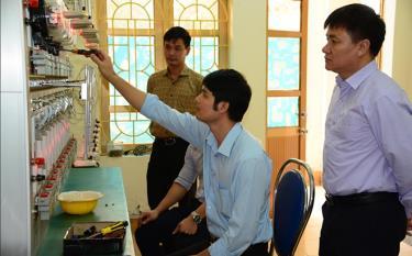Đồng chí Trần Ngọc Thư - Phó Giám đốc Sở KH&CN tỉnh Yên Bái (bên trái) kiểm tra công tác kiểm định công tơ điện tại Trung tâm Ứng dụng, Kỹ thuật, Thông tin KH&CN tỉnh.