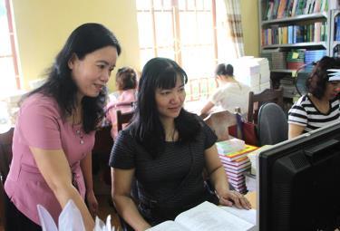 Giám đốc Thư viện tỉnh Lê Tú Anh cùng đồng nghiệp trao đổi chuyên môn, góp phần nâng cao hiệu quả hoạt động, thu hút bạn đọc.