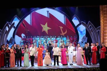 Nhiều tiết mục ca ngợi Chủ tịch Hồ Chí Minh được thể hiện xúc động trong chương trình. Ảnh: Trần Huấn