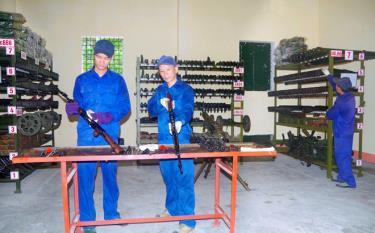 Cán bộ, nhân viên ngành kỹ thuật, Bộ CHQS tỉnh Yên Bái thường xuyên bảo quản, bảo dưỡng vũ khí, trang bị kỹ thuật.