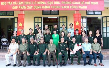 Hội viên Chi hội CCB 4 phường Đồng Tâm cùng các đại biểu chụp ảnh lưu niệm.