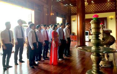 Cán bộ, phóng viên, biên tập viên, kỹ thuật viên, nhân viên Báo Yên Bái dâng hương, dâng hoa, báo công với Bác tại Khu tưởng niệm Chủ tịch Hồ Chí Minh.