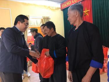Đồng chí Nông Việt Yên - Bí thư Huyện ủy Mù Cang Chải tặng quà các hộ gia đình chính sách, hộ nghèo trong dịp tết Nguyên đán Canh Tý 2020.