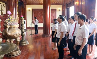Đoàn đại biểu đại diện Đảng ủy, Ban Giám đốc, các tổ chức đoàn thể và cán bộ, đảng viên Agribank Chi nhánh tỉnh Yên Bái dâng hương, dâng hoa, báo công với Bác.