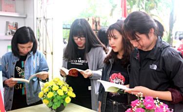 Đọc sách là hoạt động để nâng cao tri thức cho bản thân.