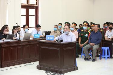 Bị cáo Nguyễn Văn Hiến (ngồi trước bục) tại phiên tòa sơ thẩm.
