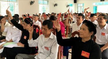 Các đại biểu biểu quyết thông qua Nghị quyết Đại hội Đảng bộ xã Bảo Ái lần thứ XXI, nhiệm kỳ 2020 - 2025.