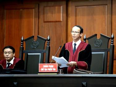 Thẩm phán, chủ tọa phiên tòa tuyên đọc bản án.