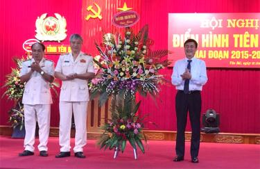 Phó Chủ tịch UBND tỉnh Nguyễn Chiến Thắng tặng hoa chúc mừng thành tích trong phong trào thi đua của cán bộ, chiến sỹ Công an Yên Bái