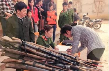 Lực lượng Công an huyện Văn Yên thu hồi vũ khí tự chế.