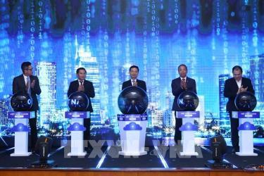 Đại biểu thực hiện nghi thức phát động Chiến dịch thúc đẩy chuyển đổi số bằng nền tảng điện toán đám mây Việt Nam.