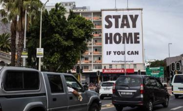 Biển quảng cáo trên phố Long Street, thủ đô Cape Town, Nam Phi.