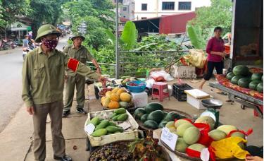 Ban Bảo vệ dân phố phường Yên Thịnh nhắc nhở người bán hàng trên đường Nguyễn Đức Cảnh.