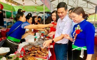 Phó Chủ tịch UBND tỉnh Dương Văn Tiến tham quan gian hàng sản phẩm đặc trưng - loại hình du lịch độc đáo của vùng đất Mường Lò, Nghĩa Lộ.