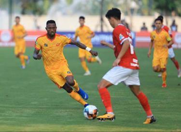 Một pha tranh bóng giữa các cầu thủ Phố Hiến và Thanh Hóa.