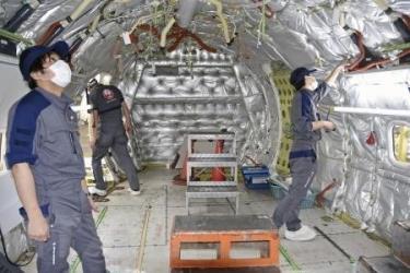 Các kỹ sư cơ khí làm việc tại sân bay Haneda ở Tokyo, Nhật Bản ngày 14/5/2020 trong bối cảnh dịch COVID-19 ảnh hưởng nặng nề đến các ngành sản xuất của nước này.