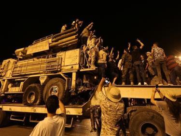 Người dân tập trung tại Quảng trường Martyrs ở Tripoli để xem hệ thống tên lửa phòng không Pantsir do Nga chế tạo được lực lượng ông Haftar sử dụng.